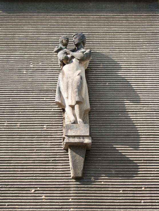 Miroslav Rybička: Lékařka s dítětem, 1961–62, zdravotní středisko na Jilemnického náměstí v Porubě, foto Jakub Ivánek (2014)