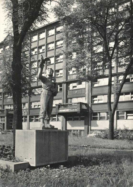 Augustin Handzel: Důvěra v mír, plastika z roku 1951 instalována asi 1961 před budovu Báňských projektů u mostu Pionýrů přes Ostravici, pohlednice z počátku 60. let (foto Rudolf Janda)