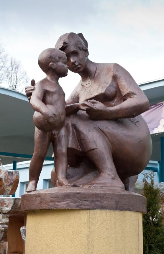 Jan Hána: Ošetřovatelka s dítětem, kolem roku 1960, Ostrava-Poruba, foto Jakub Ivánek (2014)