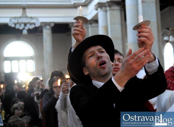 Fotografie k �l�nku Evangelium podle housl� nadchlo vyprodanou katedr�lu