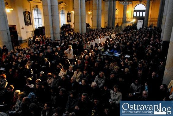 Fotografie k článku Evangelium podle houslí nadchlo vyprodanou katedrálu