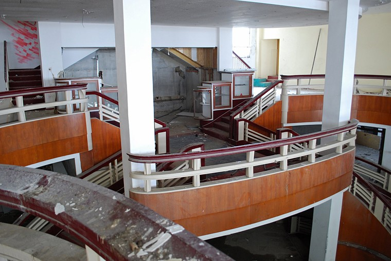 Fotografie k článku Obrazem: Interiéry obchodního domu Textilia