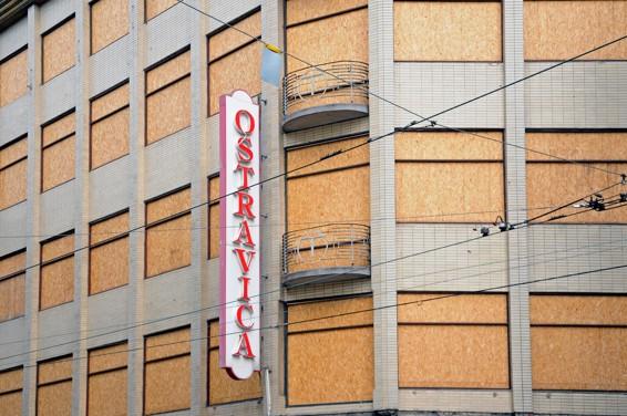 Řízená destrukce obchodního domu Textilia (Ostravica) / foto (c) Werner Ullmann, 2011