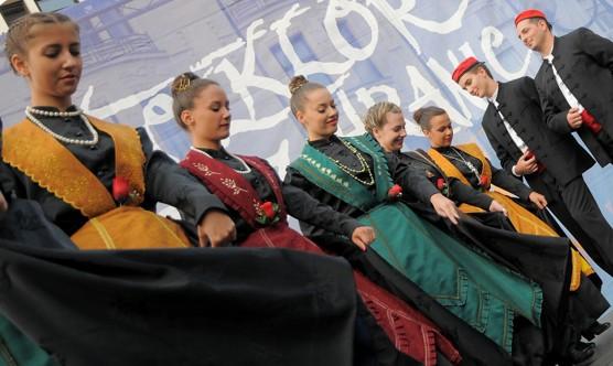 Werner Ullmann vystavuje fotografie z festivalu Folklor bez hranic v Nové radnici (c) Werner Ullmann, 2012